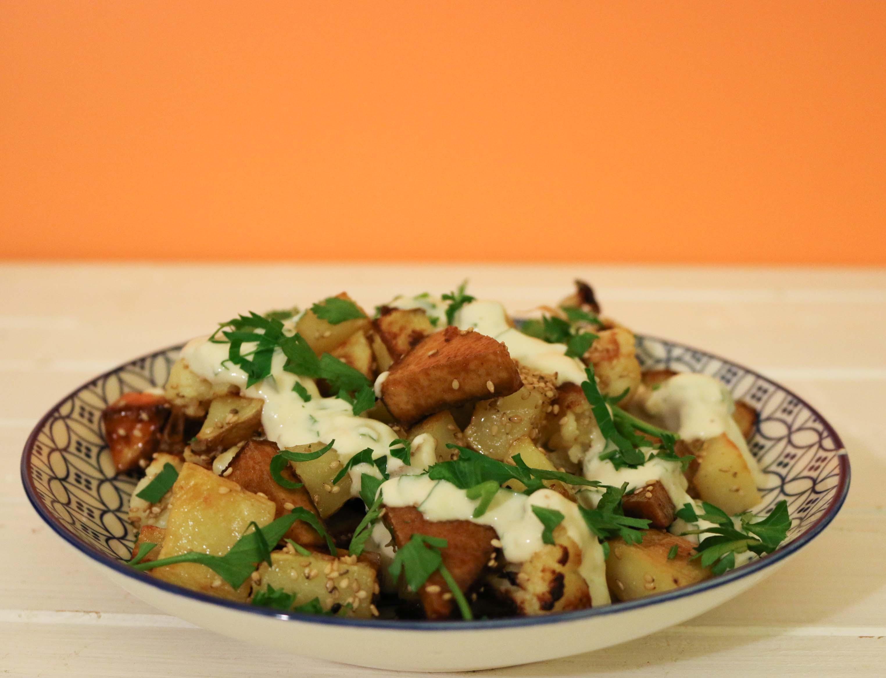 chou fleur et pommes de terre roties, sésame et tofu fumé grillé