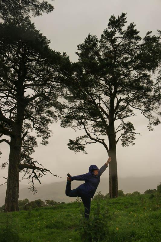 Image rare d'une touriste un peu maboule s'essayant à la posture du danseur sous la pluie en pouffant de rire