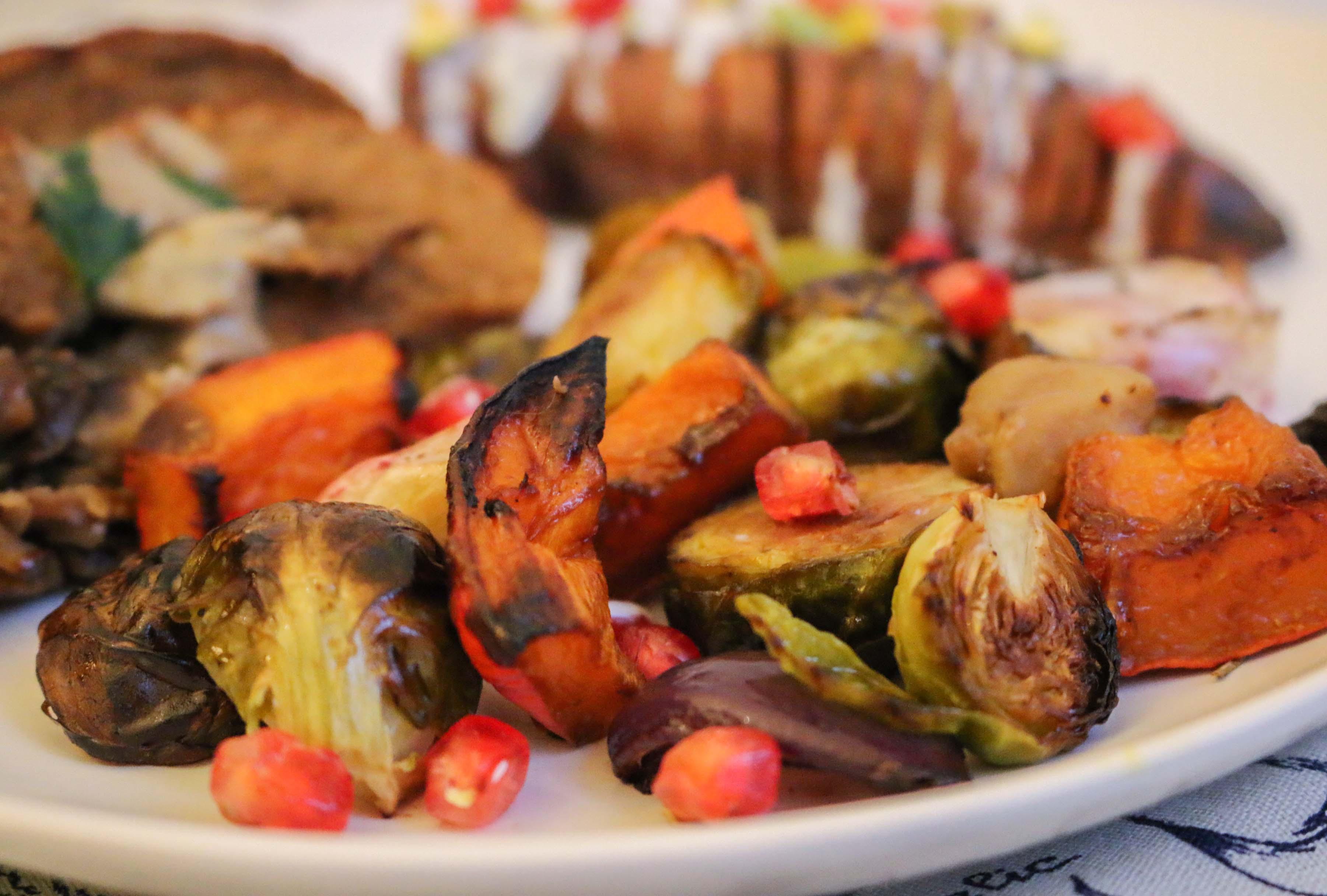 rôti de Noël seitan, tofu fumé, légumes grillés, patate douce hasselback - recette végane
