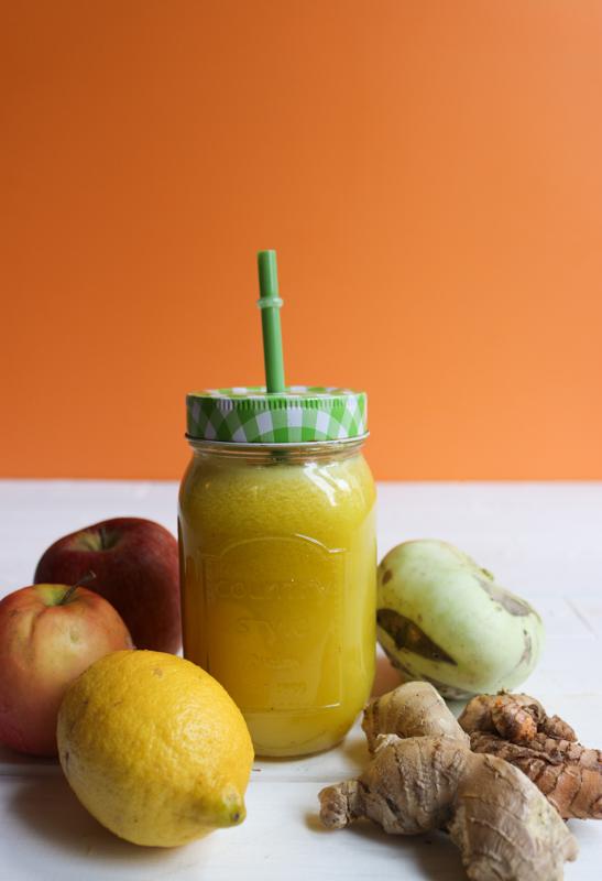 recette de jus à l'extracteur : chou rave, pomme, citron, gingembre, curcuma