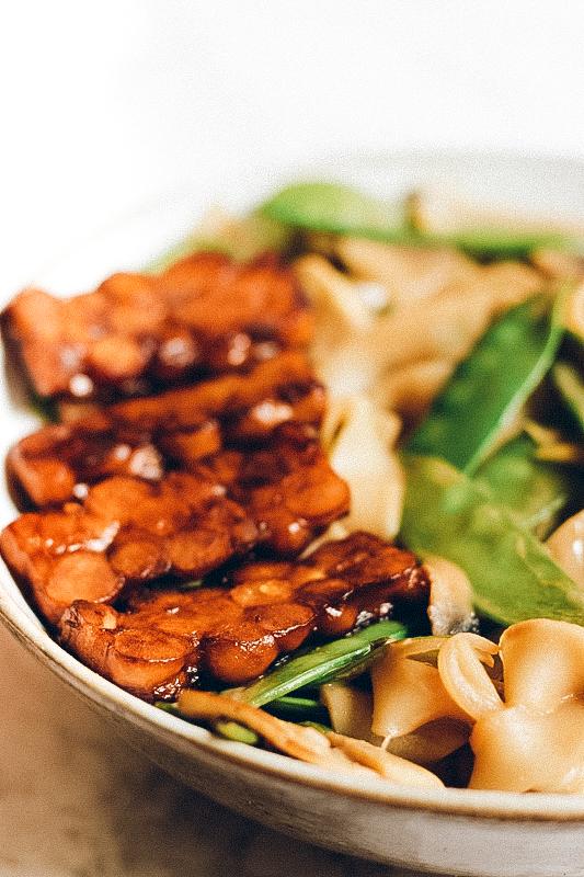 recette de nouilles sautées, sauce thaï et tempeh caramélisé, vegan et sans gluten